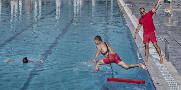 Osoba tonąca na basenie - ratownik